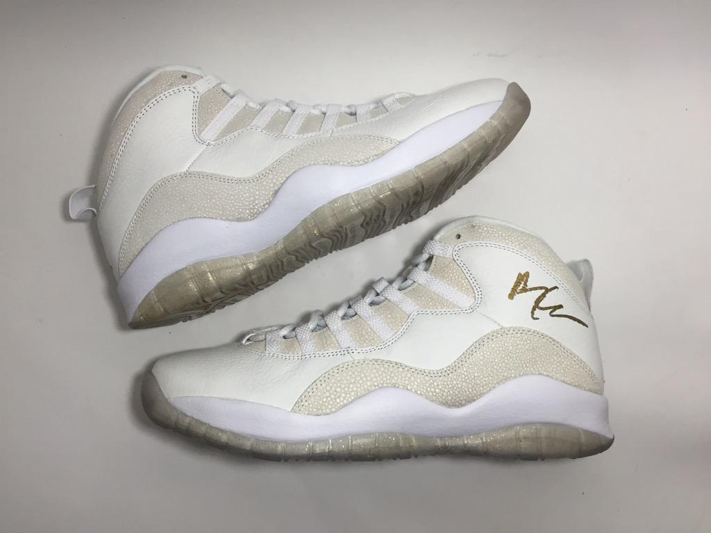 hot sale online 66d57 b624d Watch a Fan Force Drake to Sign OVO Air Jordans