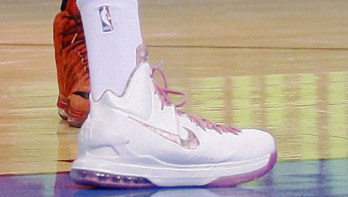Kevin Durant wears Nike Zoom KD V Aunt Pearl