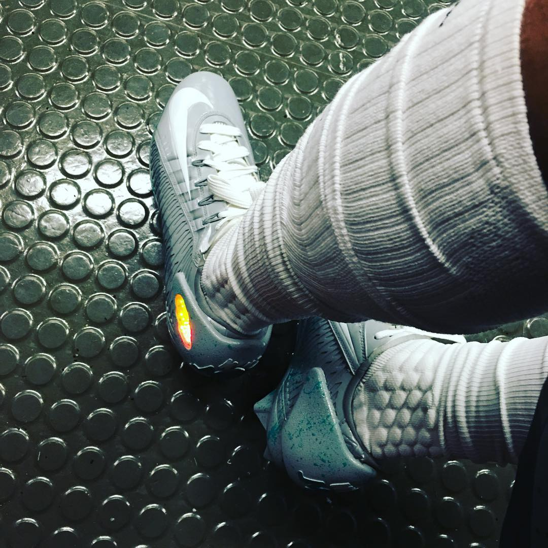 Odell Beckham\'s Back to the Future Nike Mag Cleats for the Pro Bowl ...