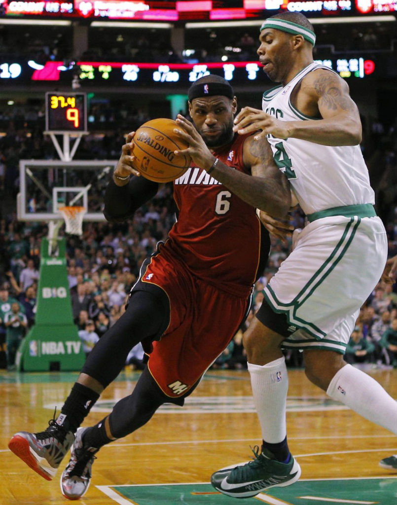 LeBron James Knights Jason Terry In Nike LeBron X PE (2)