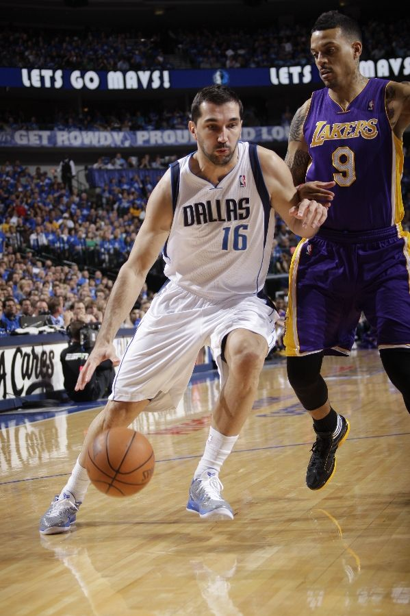 Peja Stojakovic wearing the Nike Zoom Kobe VI; Matt Barnes wearing adidas adiZero Crazy Light