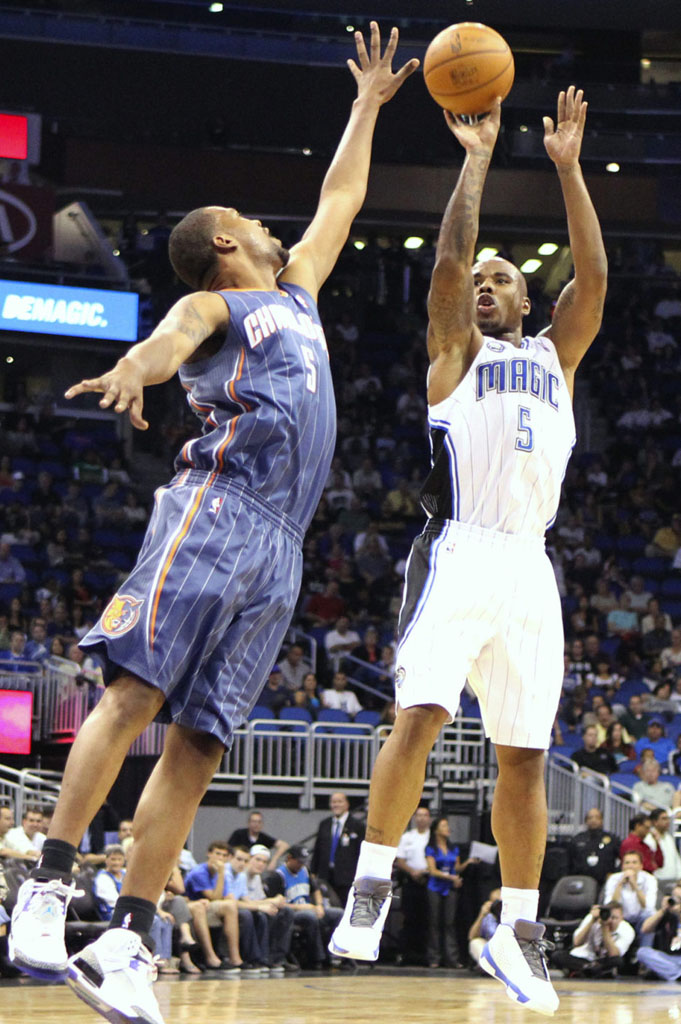 Quentin Richardson wearing Air Jordan 2010 Team Orlando Magic Home White/Grey PE