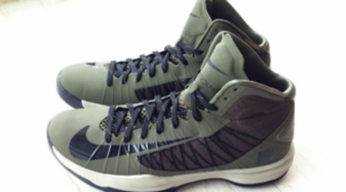 37cc9d8f942f Undefeated x Nike Hyperdunk 2012 - Ballistic