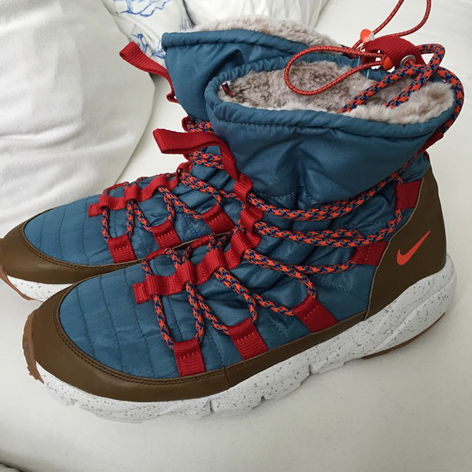 the latest c04bd 74b75 The womens Nike Roshe Run Hi Sneakerboot gets a curious upgrade on the  sole.