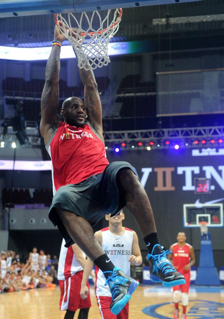 820ee284ced LeBron James wearing Nike Zoom Soldier VII Black Blue (11)