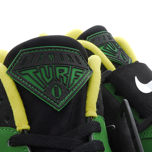 Nike Air Diamond Turf Oregon Ducks tongue detail