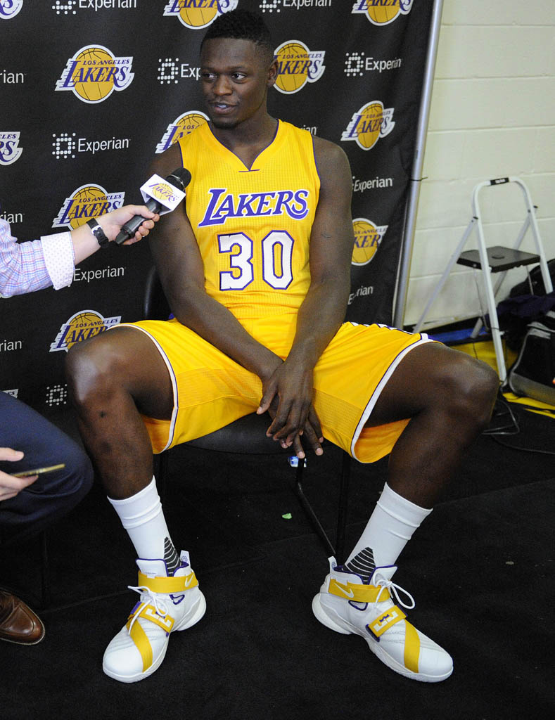 Julius Randle wearing a Nike LeBron Soldier 9 PE