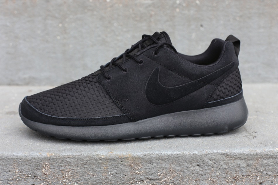 nike roshe run woven blackout shade