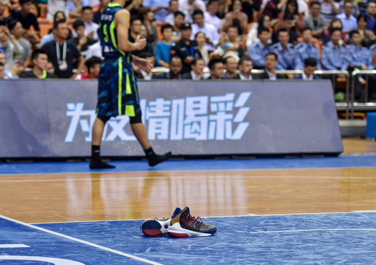 Yi Jianlian Takes Off Li-Ning Sneakers in Game to Protest (1)