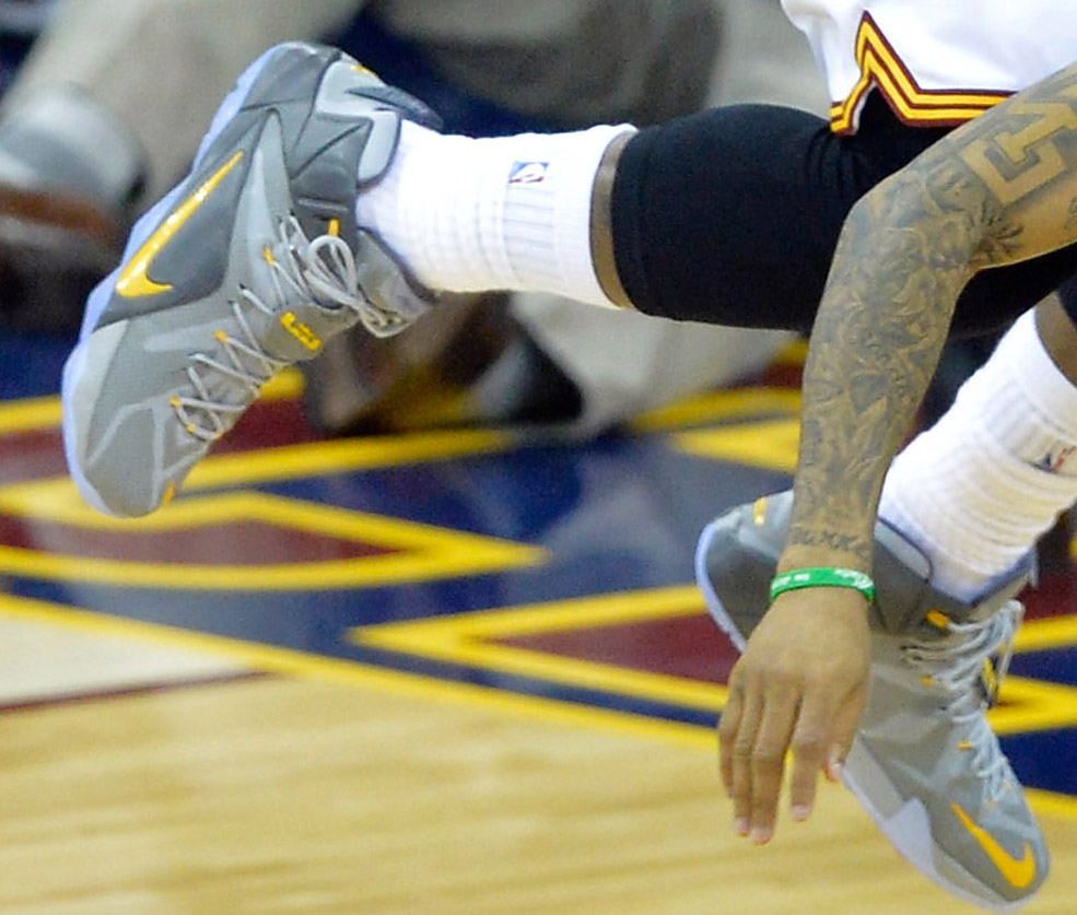 LeBron James wearing Nike LeBron XII 12 Grey/Yellow PE on January 21, 2015