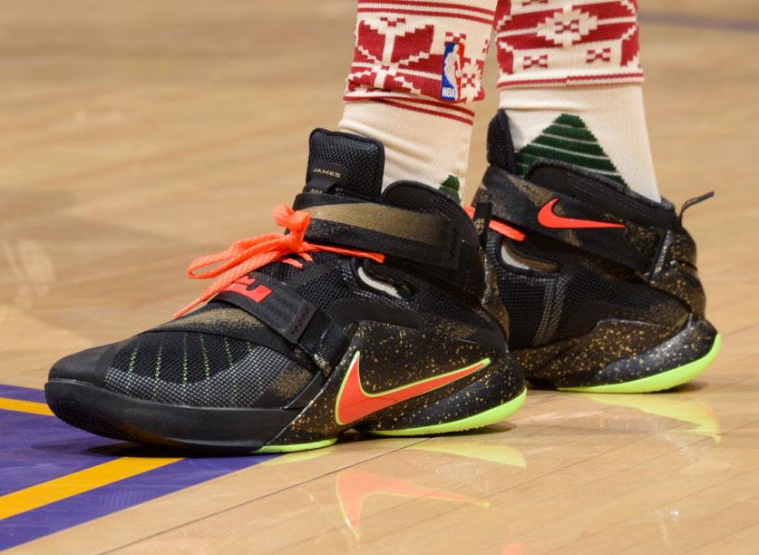 super popular 41baa e7ec6 Julius Randle wearing a Christmas Nike LeBron Soldier 9 PE