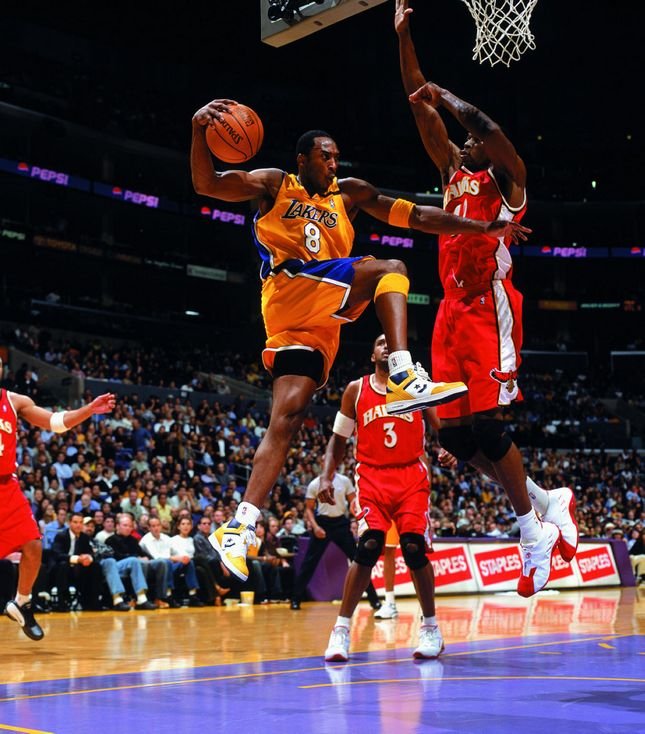 Kobe Bryant wearing the 'Lakers' Converse Weapon