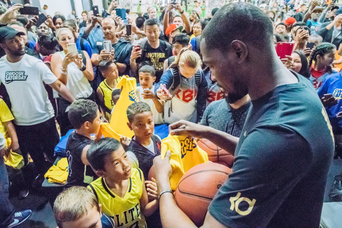 Kevin Durant Meets Local Kids