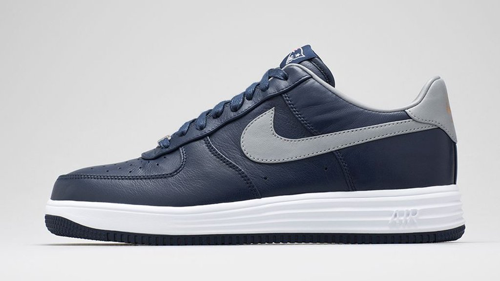 newest d8833 0c1e4 Nike shows love for the New England Patriots with this new Lunar Force 1.