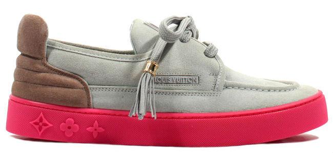 5e01cd9cef0 Kanye West Signs Fans Louis Vuitton Hudson