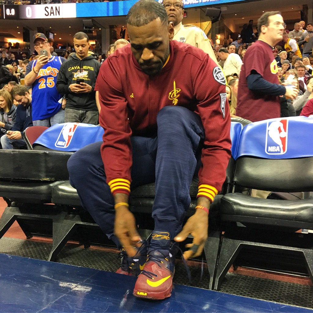 LeBron James Nike LeBron 13 Cavs Gradient PE (1)