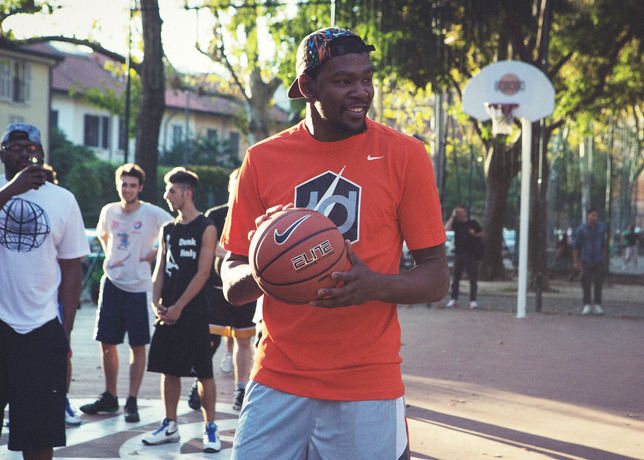 kevin durant visits milan's via dezza on nike european tour
