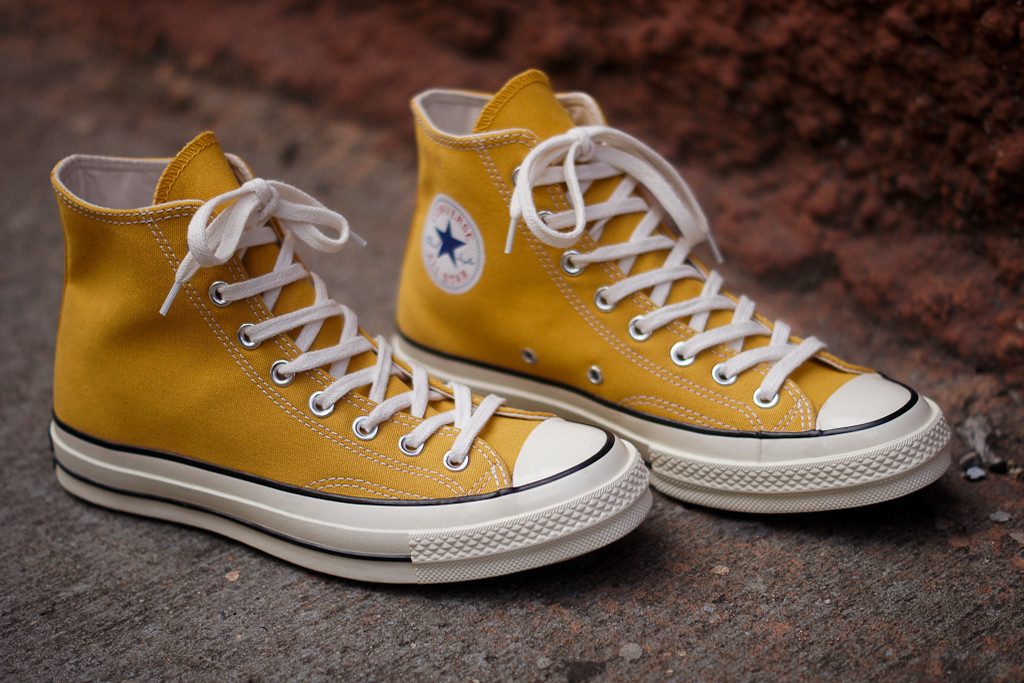 Method #3 – Machine Washing Your Converse Shoes. In a small bucket half filled with warm water, sprinkle two-thirds of a cup of baking soda. Into the bucket, pour a dime-sized amount of dishwashing detergent and use the end of a toothbrush to stir the mixture.