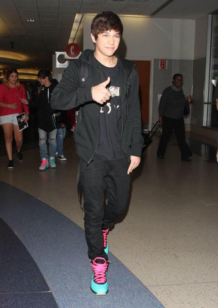 09f3feef4a4 Austin Mahone wearing Nike LeBron 8 South Beach