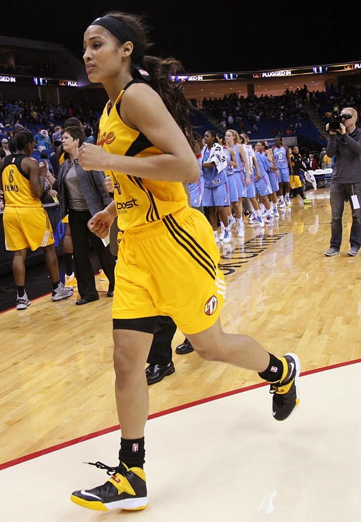 Skylar Diggins wearing Nike Zoom Soldier VII PE (6)