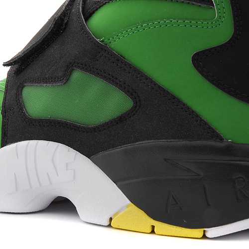 Nike Air Diamond Turf Oregon Ducks upper detail
