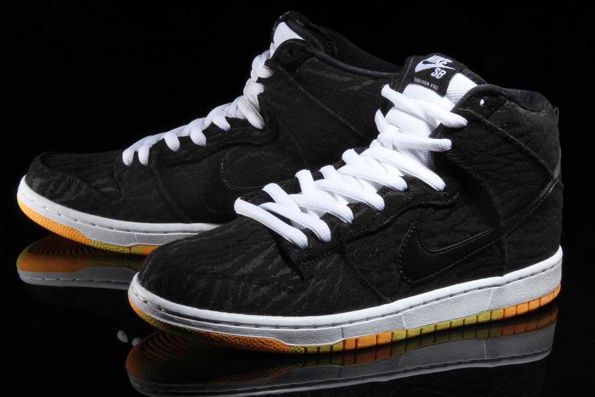 huge selection of c8ce4 5f9c4 Nike Dunk High Skunk 2016 Front 305050-034
