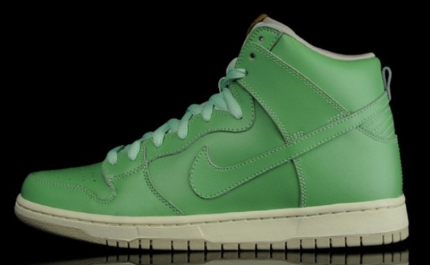 size 40 d52a2 04745 Although it was first introduced on the Slam City Dunks in small  quantities, the wear-away finish was taken to a new level on ...
