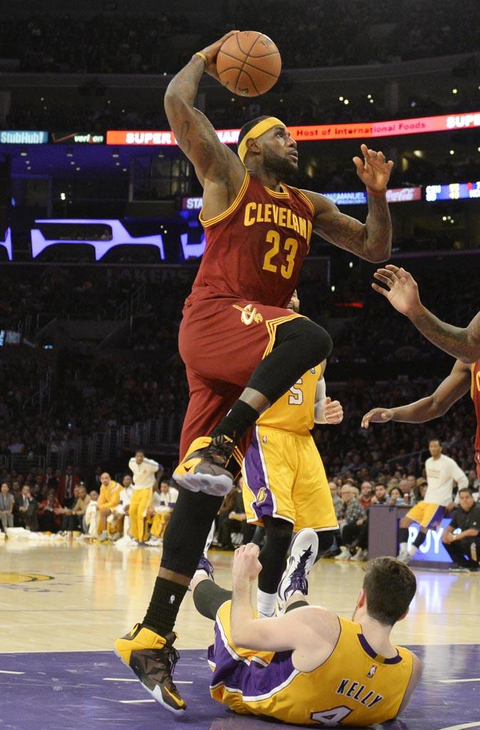 size 40 06577 075f2 ... LeBron James wearing Nike LeBron 12 Bruce Lee PE (1) ...