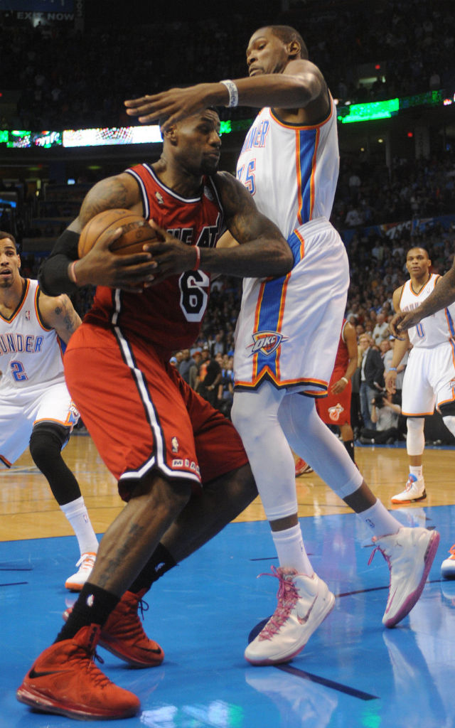 Kevin Durant wears Nike Zoom KD V Aunt Pearl (2)