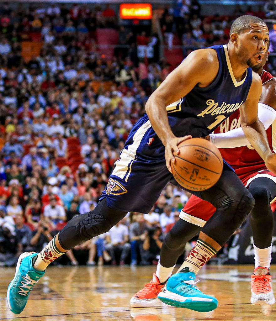 Eric Gordon wearing the 'Christmas' adidas Crazylight Boost 2015 Mid