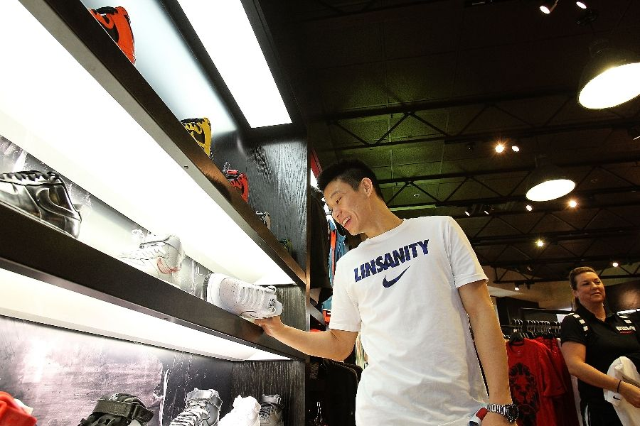 video jeremy lin appearance at house of hoops orlando sole collector. Black Bedroom Furniture Sets. Home Design Ideas