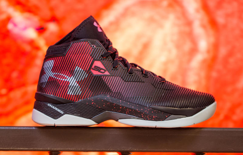 48207cb5bb3e ... Curry 2.5 Colors  Steph Curry s Sneakers Skip Warriors Colors on This  Release  Under Armour ...