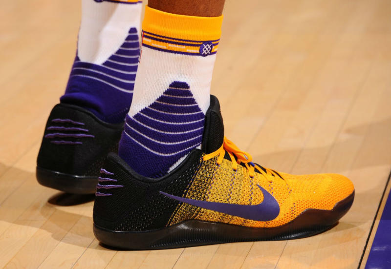8ab03f96bc5 Kobe Bryant Wears Black Yellow-Purple Nike Kobe 11 PE (1)