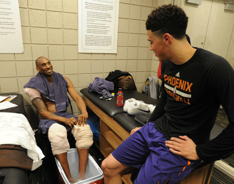 b22b98798931 Kobe Bryant Gifts Signed Sneakers to Devin Booker (2)