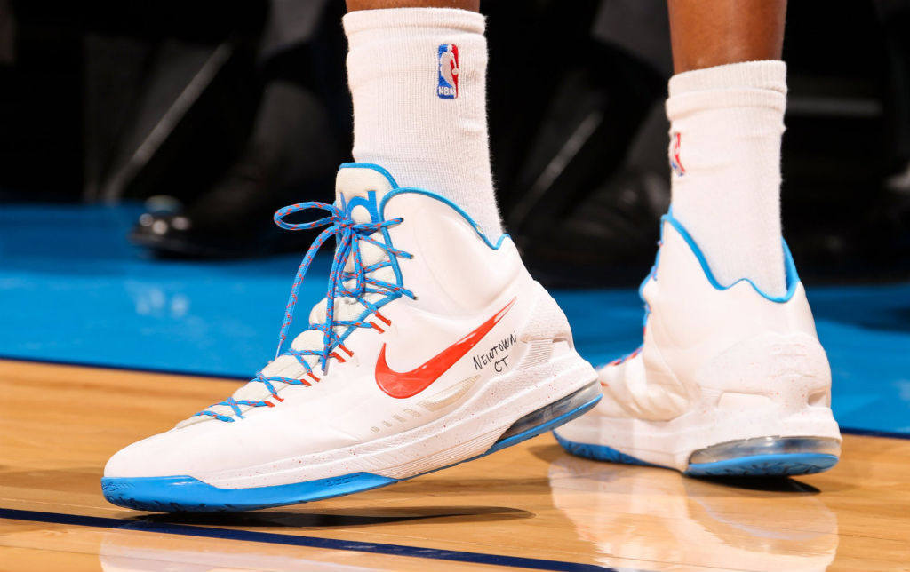 Kevin Durant wears Nike KD V for Newtown, Connecticut (1)