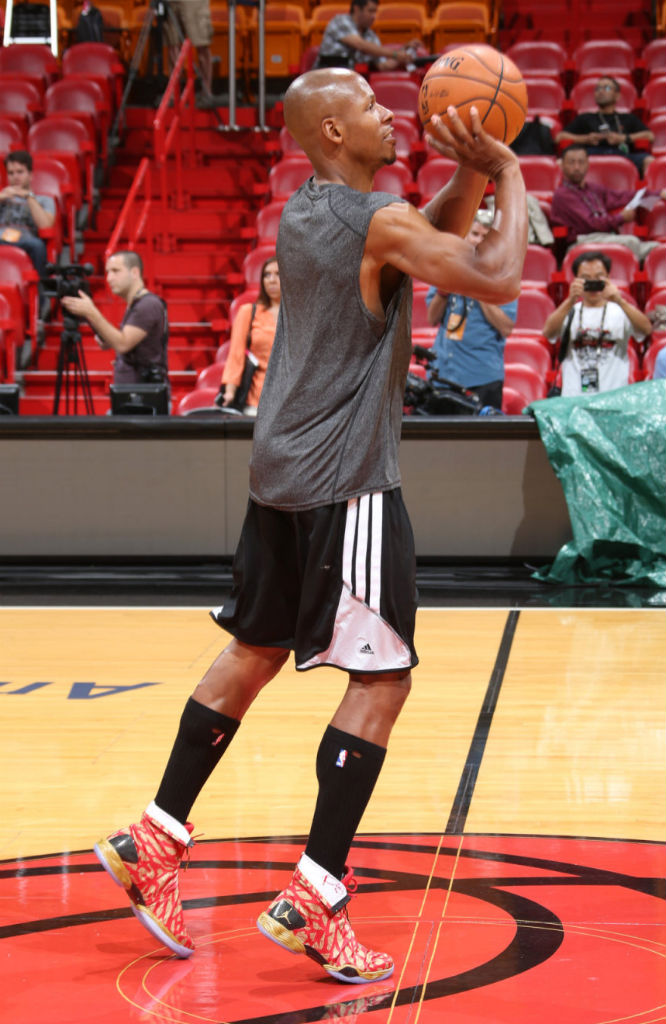 Ray Allen Practices In Gym Red/Gold Air Jordan XX8 Finals PE (3)