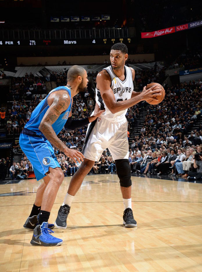 Tyson Chandler wearing Nike Hyperfuse 2014 PE; Tim Duncan wearing adidas Crazy Ghost 2014