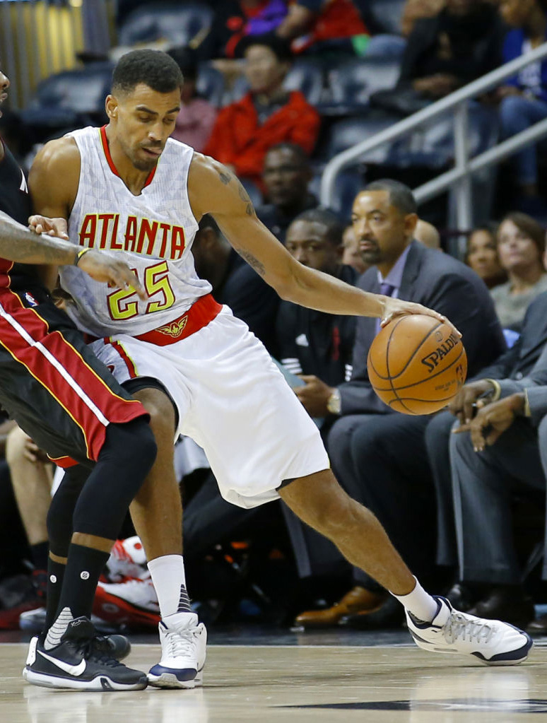 Thabo Sefolosha wearing the White/Navy Nike Air Max 1 Mid
