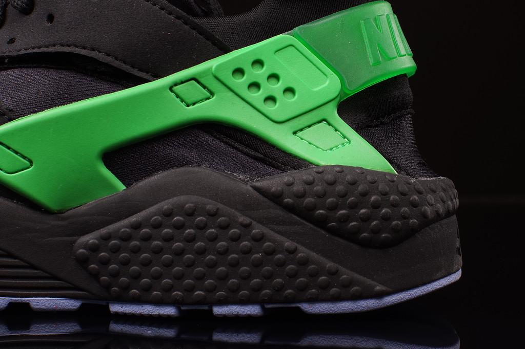 hot sale online 9e59e 14879 ... A Poisonous Pair of Nike Air Huaraches ...