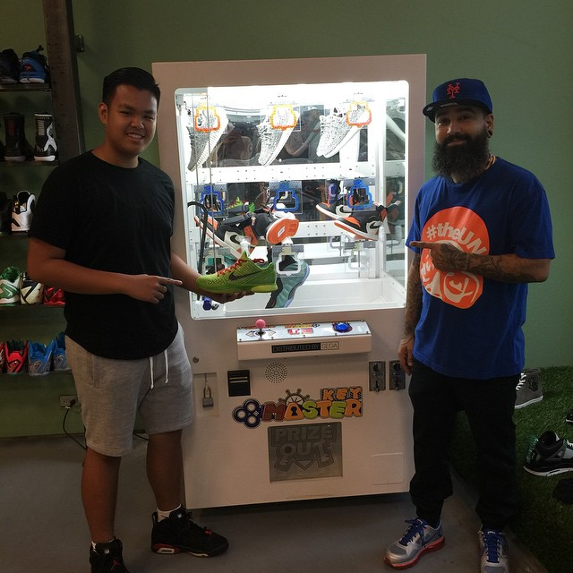 Sneaker Vending Claw Machine (1)