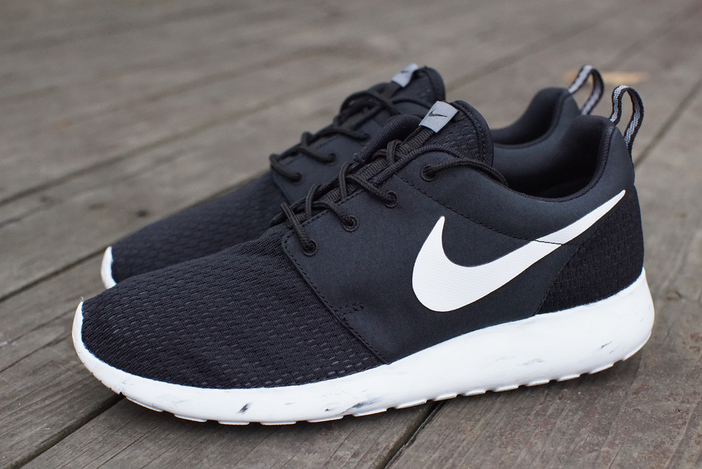 black and white roshe runs