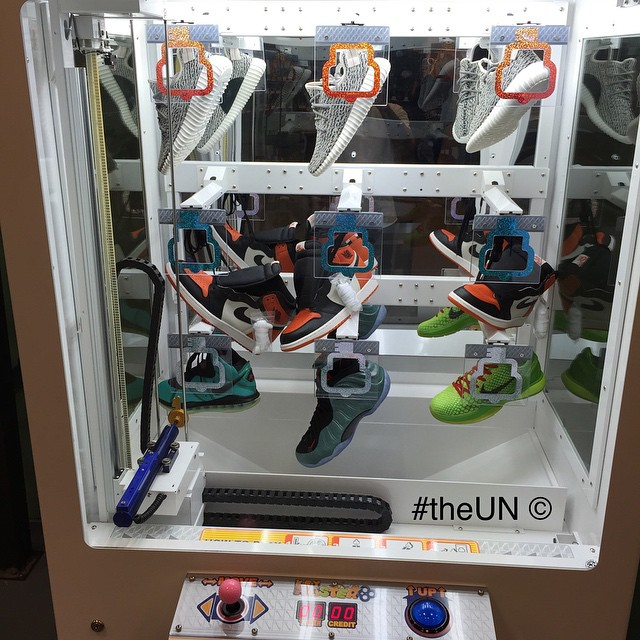 Sneaker Vending Claw Machine (3)