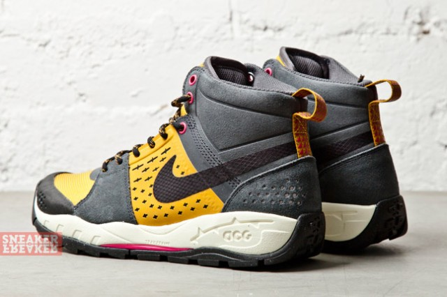 Nike ACG Air Alder Mid Gold Anthracite heel