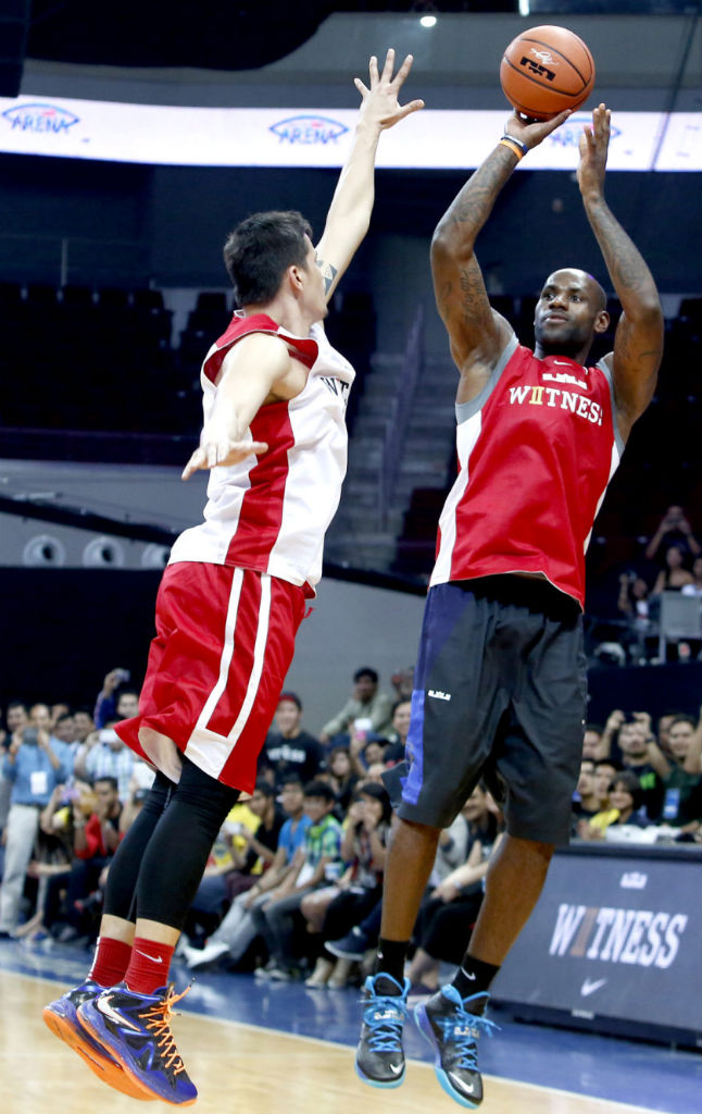 8f3e37e0e80 LeBron James wearing Nike Zoom Soldier VII Black Blue (3)