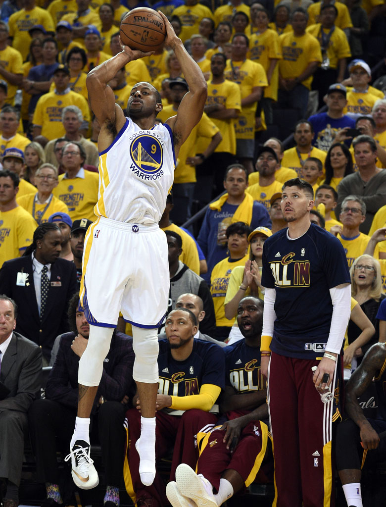 ff0d2fcc92db3 Andre Iguodala Makes Shoeless Three-Pointer in the NBA Finals (1)