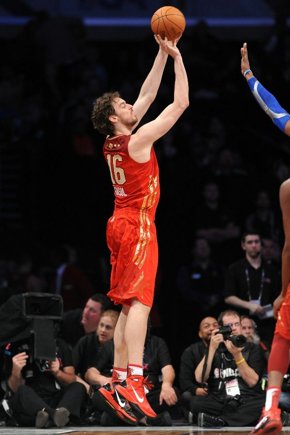 416b6ef667c7 Pau Gasol wearing the Nike Hyperdunk 2010