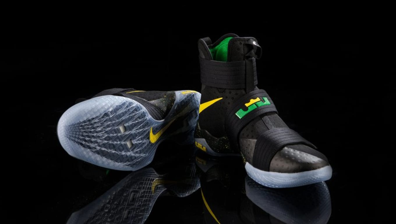 ee63b707418 Oregon Ducks Nike LeBron Soldier 10 Black
