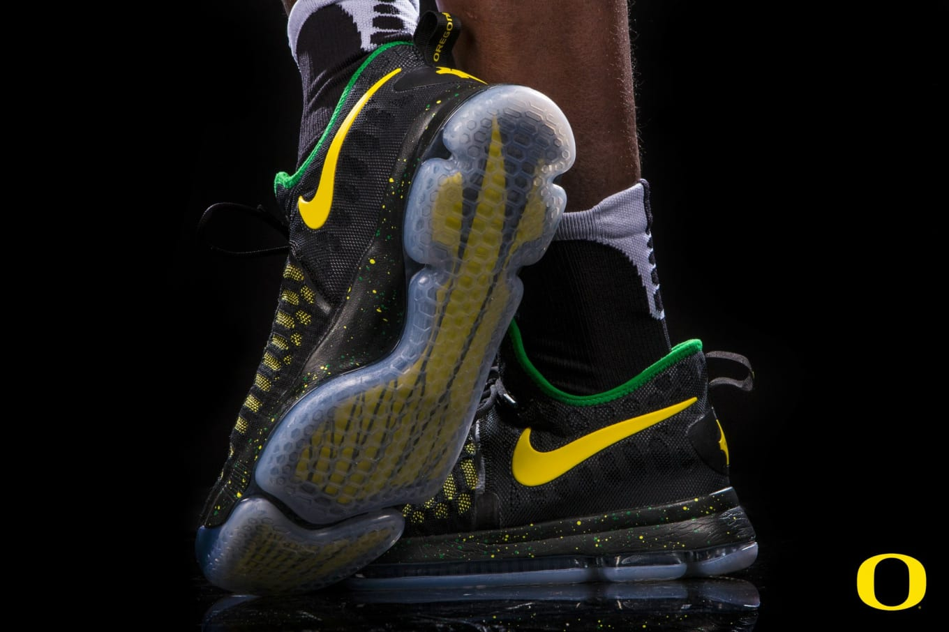 4255fbe95ce0d0 ... Nikes for Veteran s Day Game. Oregon s latest customs hit the court  tomorrow.
