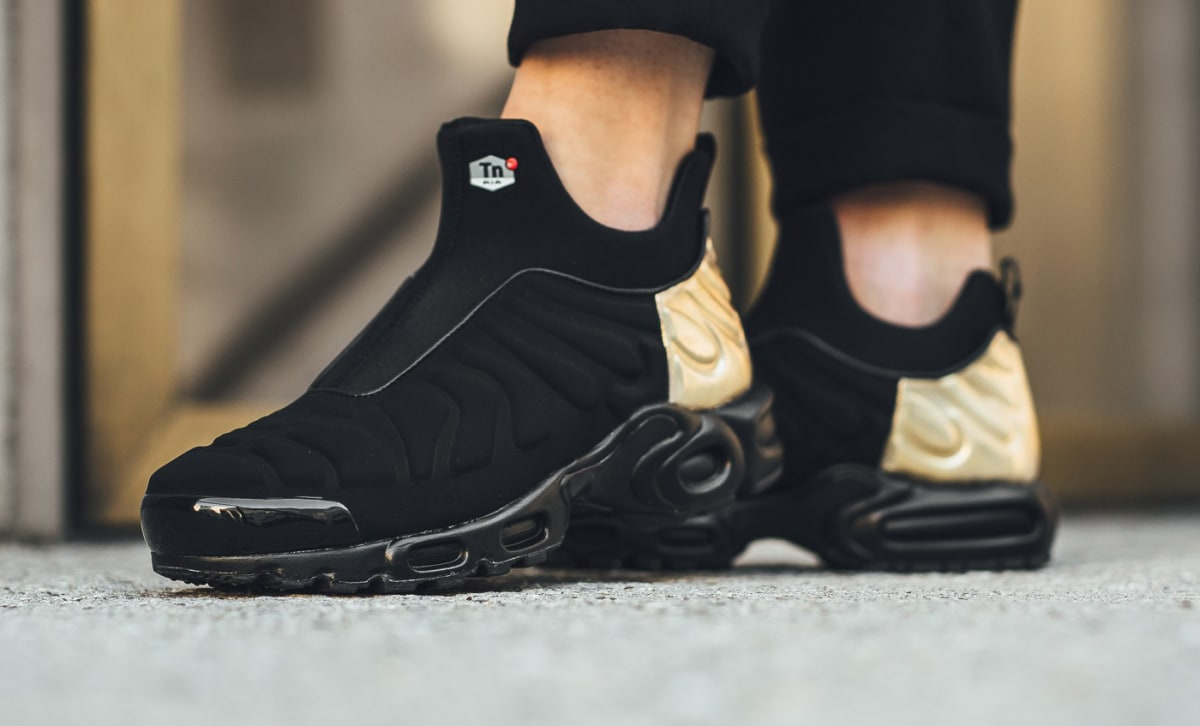 nike air max plus tn slip on black gold 940382 001 sole collector. Black Bedroom Furniture Sets. Home Design Ideas