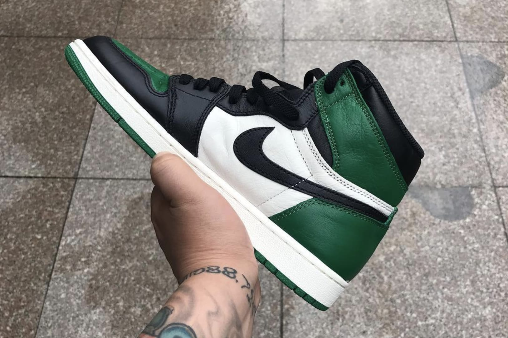 Air Jordan 1 'Pine Green' 555088-032 (Medial)
